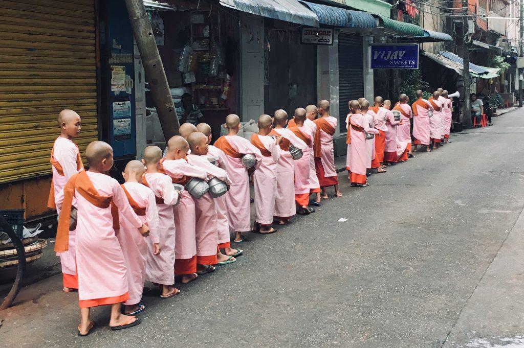 Mönche in Yangon